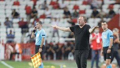 Antalyaspor - Beşiktaş maçında Sergen Yalçın'ın o görüntüsü dikkat çekti! İki sakatlık sonrası...